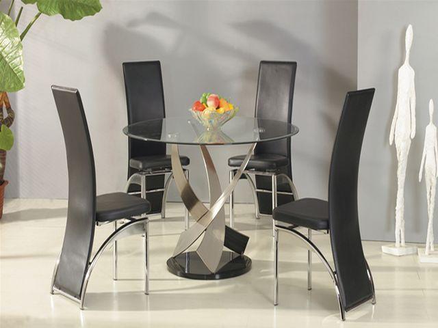 хромированный стол и стулья в интерьере