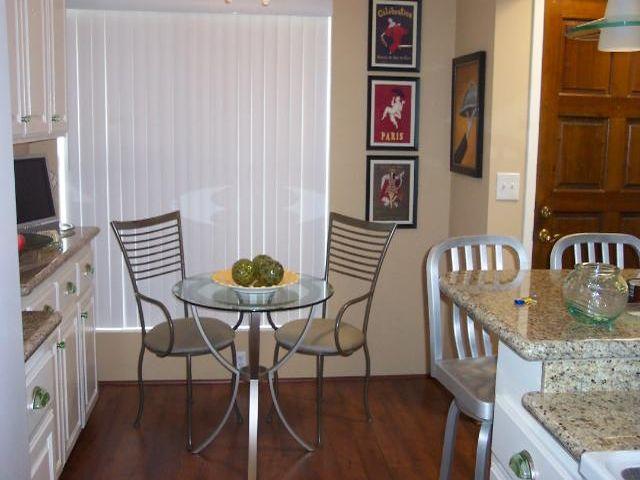 круглый столик в маленькой кухне