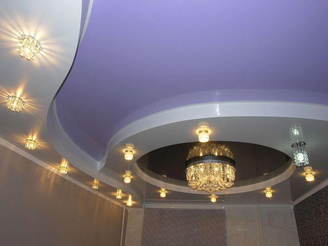 композиция из светильников на многоуровневом потолке