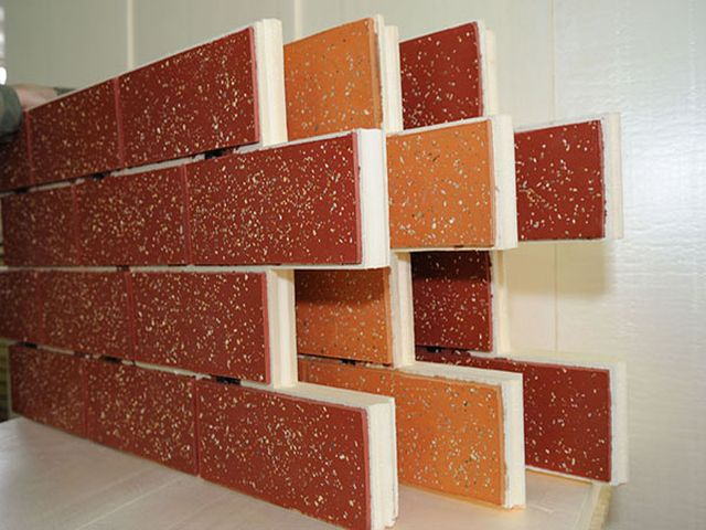 процесс создания кирпичной кладки из потолочных плиток