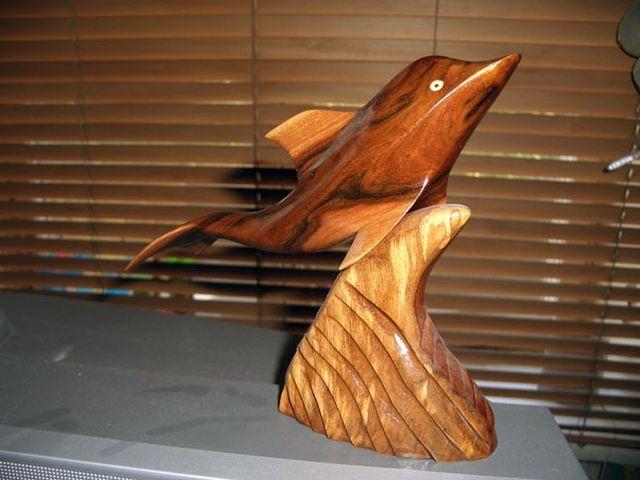 оригинальная поделка из древесины в жилой комнате