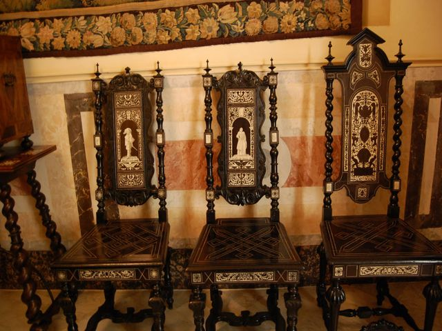 деревянная мебель с резьбой в романском стиле