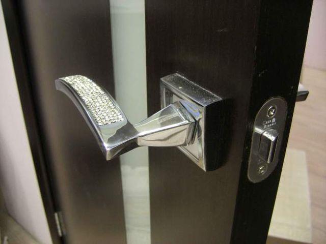 межкомнатная дверь с красивой металлической ручкой