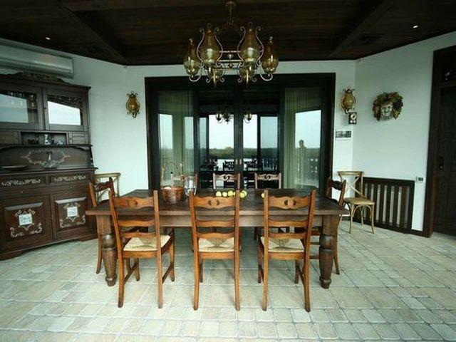 деревянная мебель с резьбой в баварском стиле