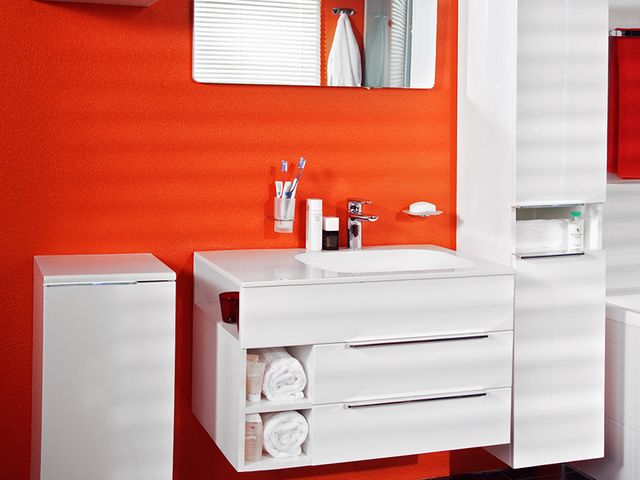 подвесной шкаф в ванной