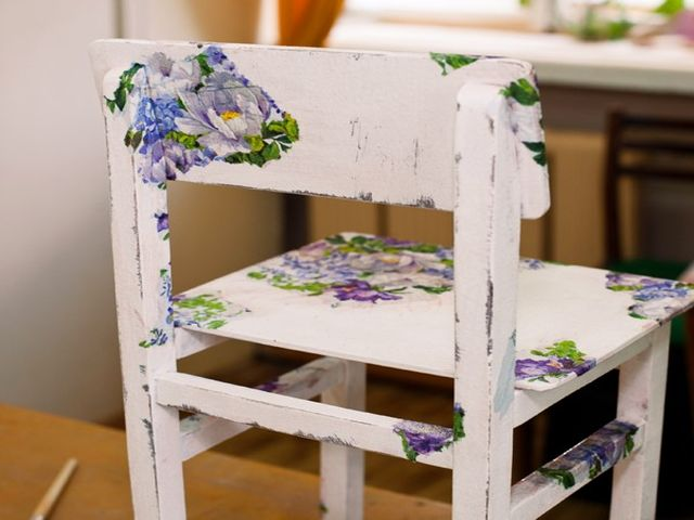 стул, декорированный в технике декупажа
