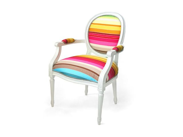 стул с яркой обивкой
