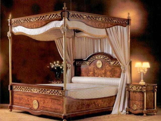 кровать с балдахином в романском стиле