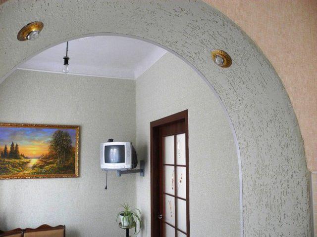 арка, декорированная бумажными обоями