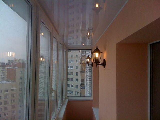 бра в виде уличного фонаря на балконе