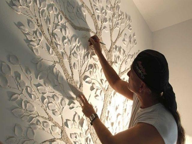 процесс крепления барельефа на стену