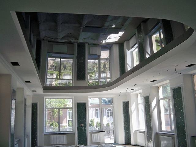 черный потолок в просторной комнате
