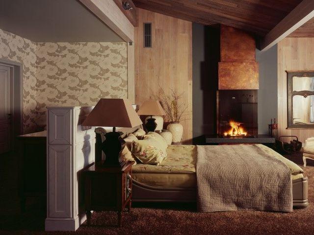 камин во фьюжн спальне