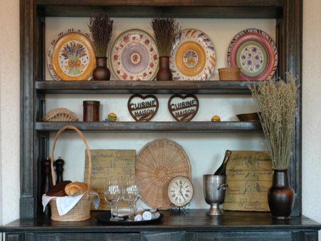 расписная посуда в деревянном буфете