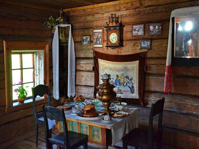 самовар в русском деревенском интерьере
