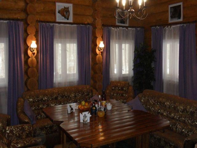 большой деревянный стол в охотничьей гостиной