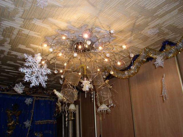 люстра, декорированная к новому году