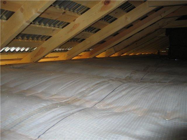 процесс пароизоляции потолка деревянного дома