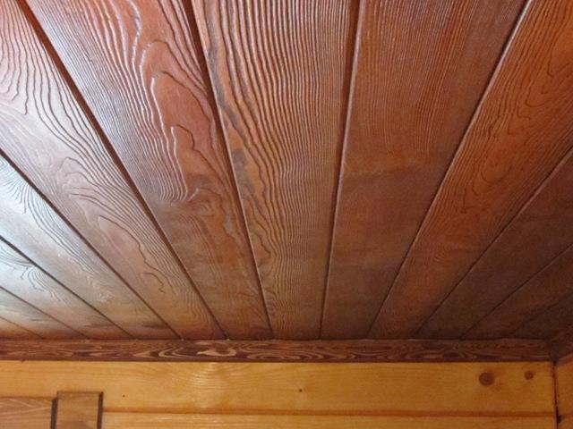 МДФ панели на потолке деревянного дома