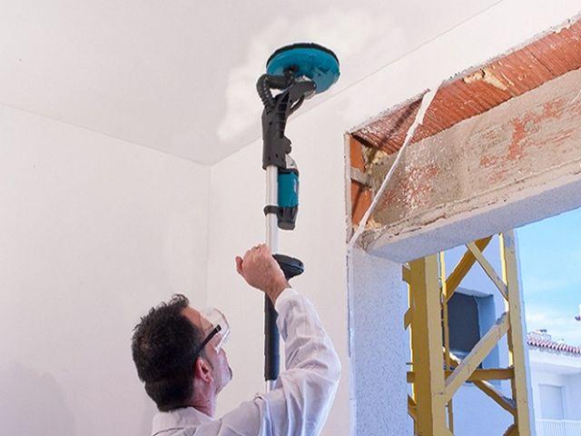 процесс шлифовки шпаклеванного потолка