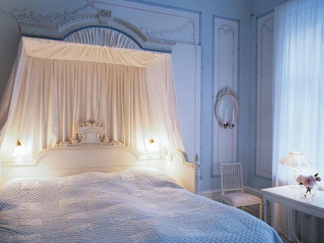 кровать с балдахином в шведском стиле