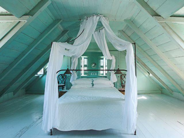 кровать с балдахином в мансарде