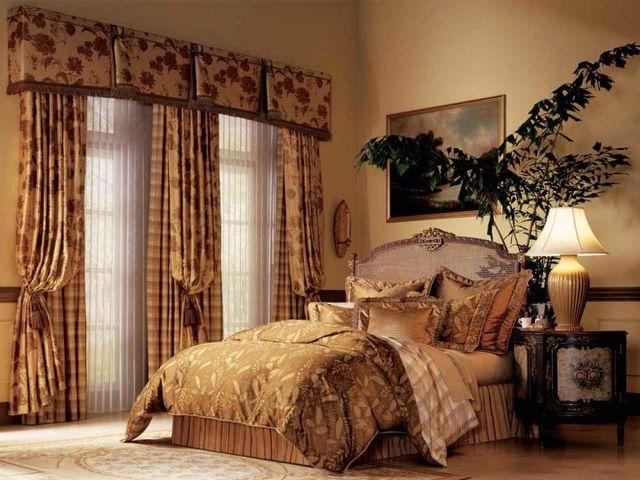 спальня с красивым оконным декором