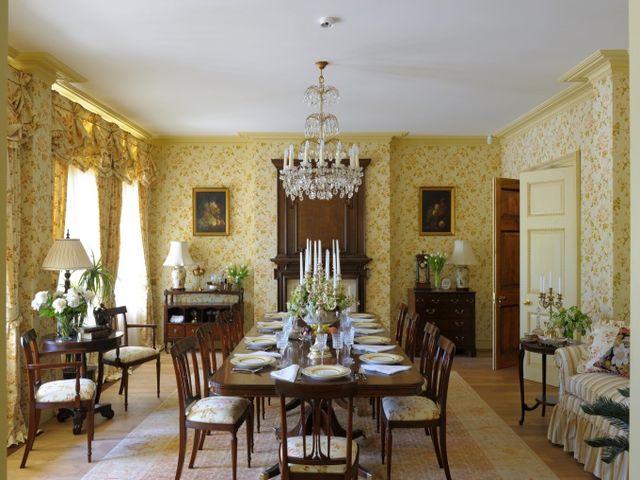стол с большим количеством стульев в викторианском интерьере