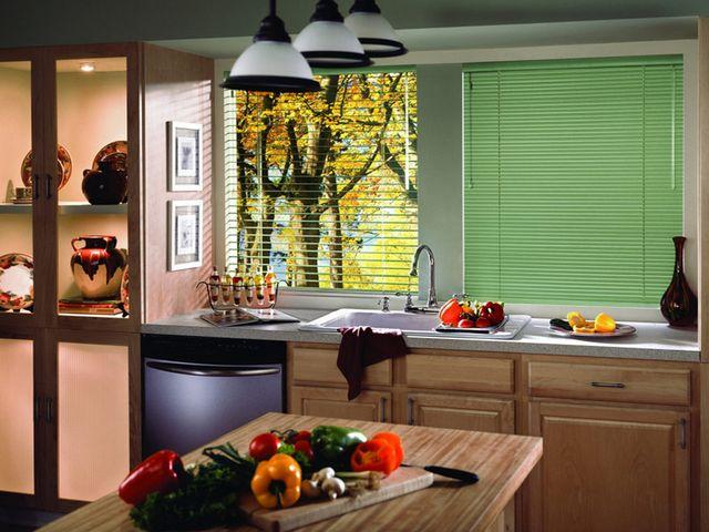 яркие жалюзи в интерьере кухни