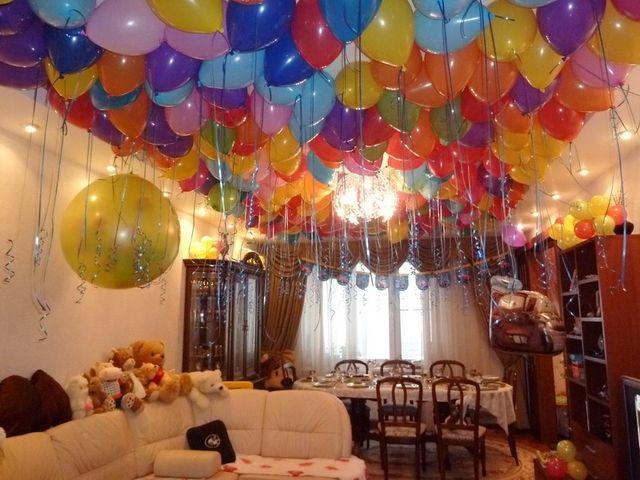 Ярко украшенная комната ко дню рождения