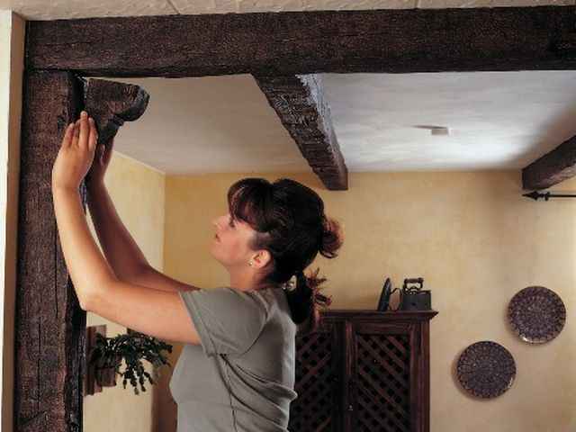 процесс монтажа потолочных балок из полиуретана