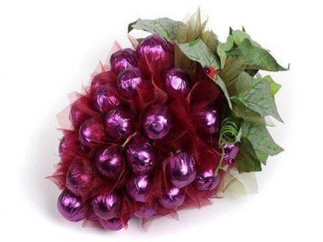 виноградная гроздь из конфет
