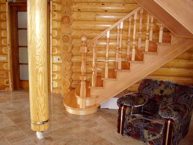 деревянная лестница в гостиной