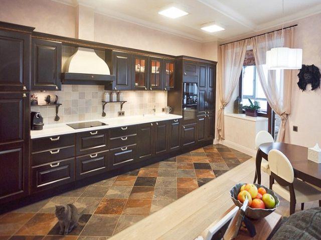плитка с имитацией камня на полу классической кухни