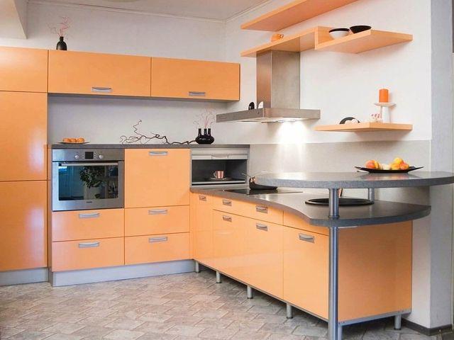маленькая кухня в персиковых тонах