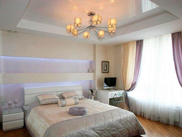 глянцевый натяжной потолок в маленькой спальне