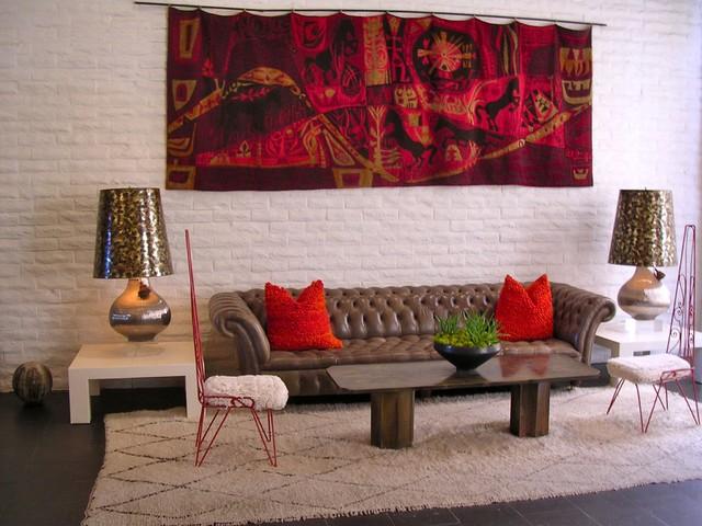 яркая мебель на фоне белой кирпичной стены