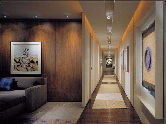 красивая дорожка в узком коридоре