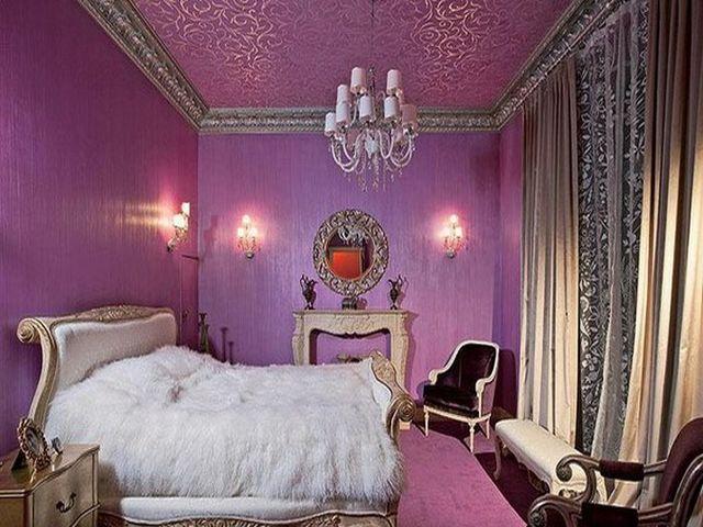 фиолетовые обои и шторы сдержанных цветов