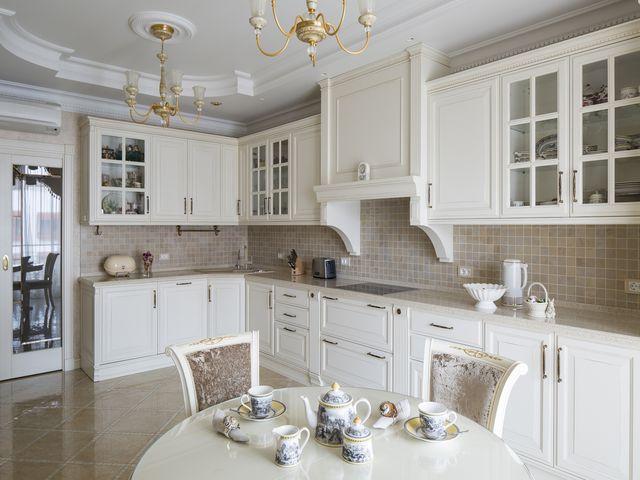 белый потолок с лепниной на классической кухне