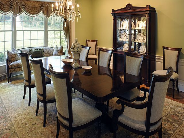 классический стол со стульями с высокими спинками