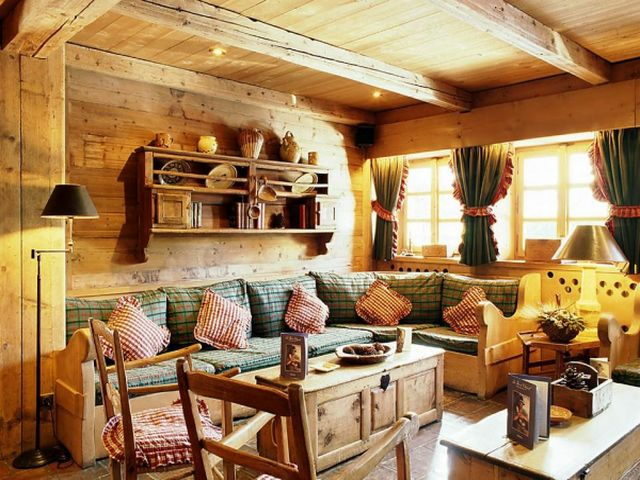 уютная комната среднего размера
