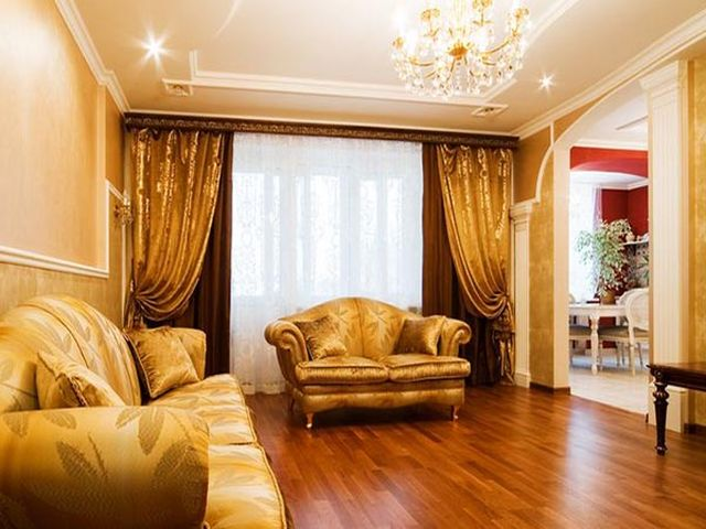 тяжелые шторы из дорогих тканей в гостиной