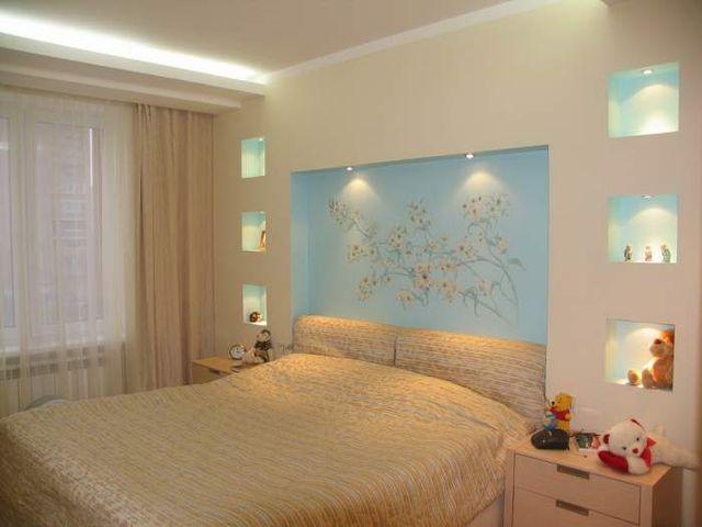 квадратная спальня в пастельных тонах