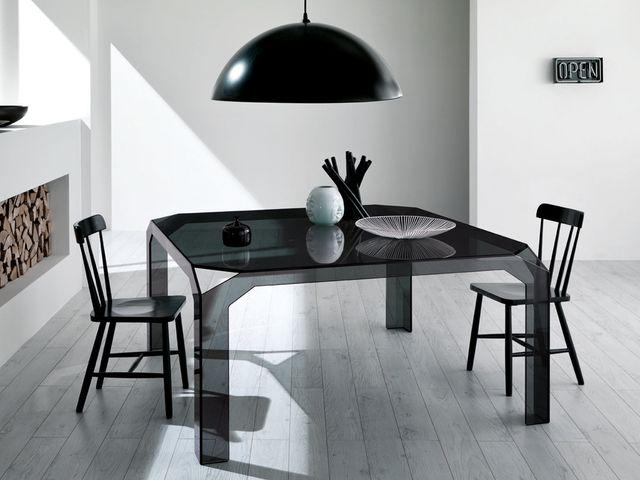 стеклянный столик в стиле хай-тек
