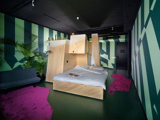 комната творческого человека в кубическом стиле