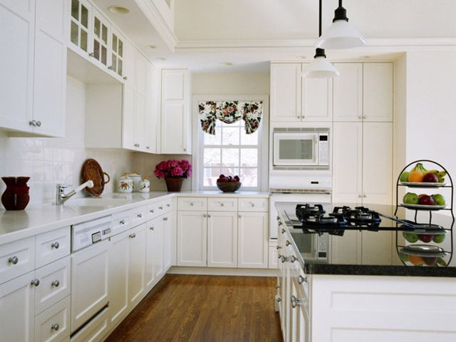 белые пластиковые фасады на кухне