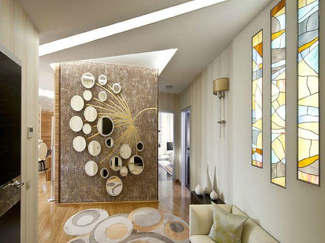 композиция из зеркал на стене