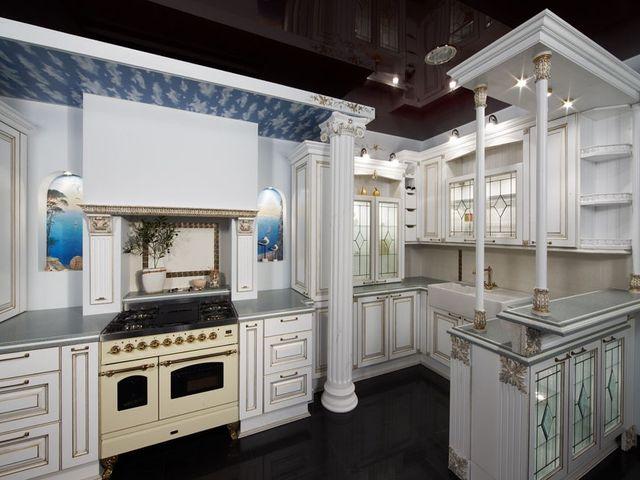 кухня с вентиляционным коробом в античном стиле