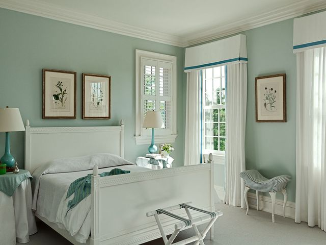 маленькая комната с белой мебелью